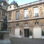 It is situated in the Marais district.